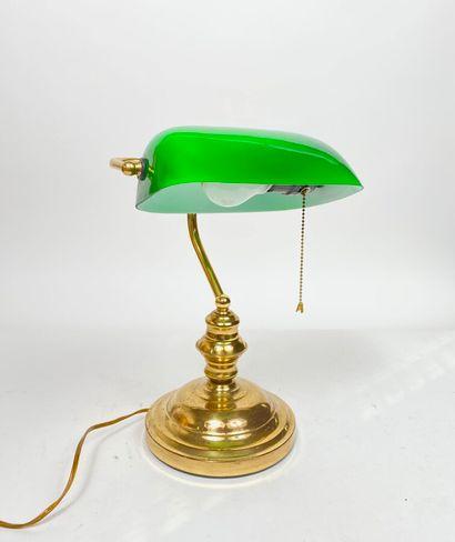 Lampe en verre opalin vert et laiton