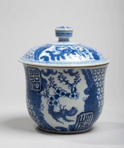 VIETNAM - XIXe siècle - Bol couvert en porcelaine...