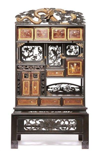 Grand meuble chinois en bois foncé surmonté...