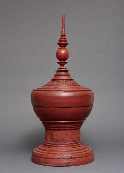 Stupa birman laqué rouge composé de deux...