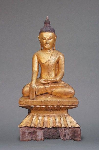 Grand Bouddha en bois du style de la région...