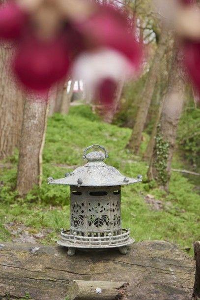 Lanterne en métal ayant la forme d'un temple...