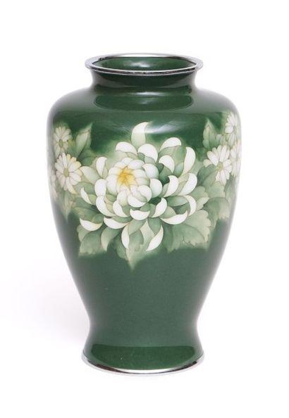 Vase en cuivre émaillé vert pâle à décor...