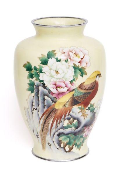 Grand vase en cuivre à décor émaillé de couleur...