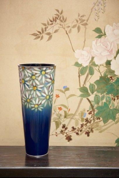 Grand vase en cuivre émaillé d'une forme...