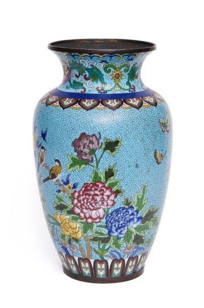 Grand vase chinois en cuivre émaillé décoré...
