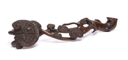 Elégant bâton chinois ruyi en buis décoré...