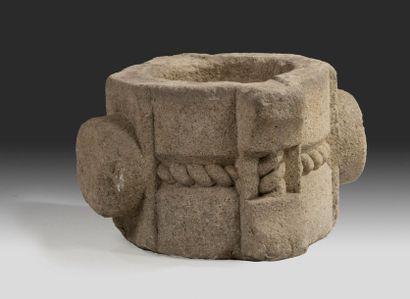 Mortier en pierre calcaire sculptée à deux...