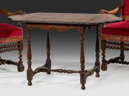 Petite table à volets en orme et poirier...