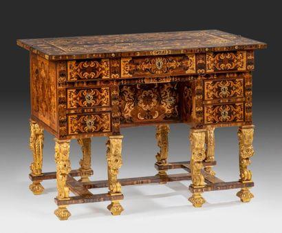 Bureau dit «Mazarin» à riche décor marqueté...