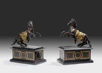 Paire de statuettes en bronze ciselé Patiné...