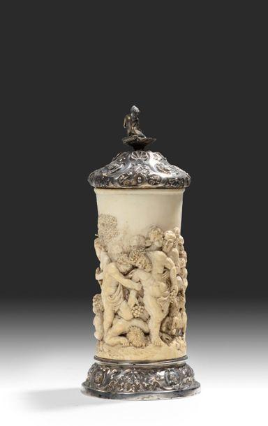 Chope en ivoire finement sculptée Le corps...