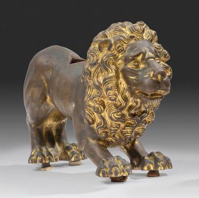 Lion debout Un orifice carré percé sur le...