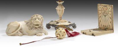 Lot en ivoire Composé d'un lion couché, les...