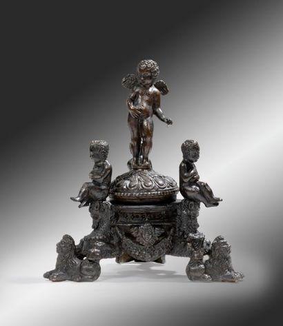 Encrier en bronze ciselé et patiné Sous la...