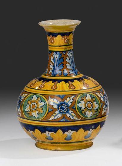 FAENZA Vase de pharmacie à col rétréci, décor polychrome dit «a quartieri» d'un buste...