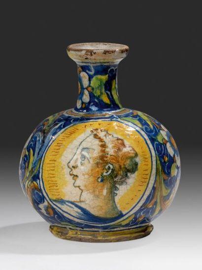 VENISE Vase à col, décor polychrome des bustes d'une femme et d'un homme dans des...