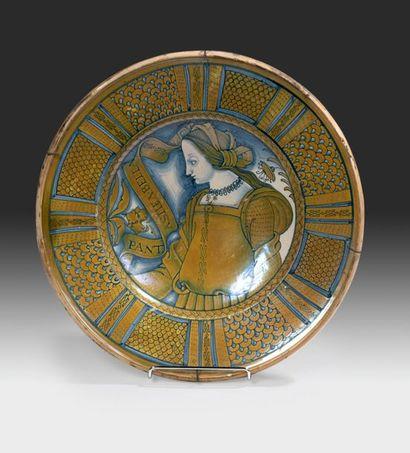 DERUTA Grand plat rond décoré en bleu et chamois irisé au centre d'un large buste...