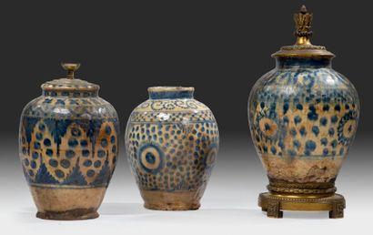 Trois vases persans en céramique Céramique...