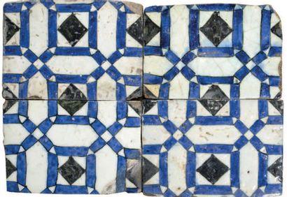 Quatre carreaux de Damas Pâte siliceuse à décor cobalt et noir sur fond blanc Levant,...