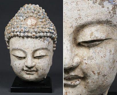 TÊTE DE BOUDDHA EN STUC POLYCHROME  Chine, Dynastie Ming, Epoque XVIIe siècle  Ronde,...