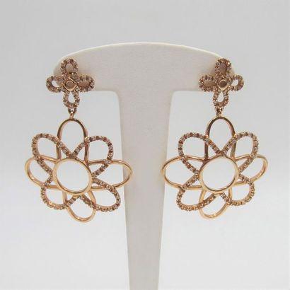 Paire de PENDANTS d'OREILLES «fleur» en or...