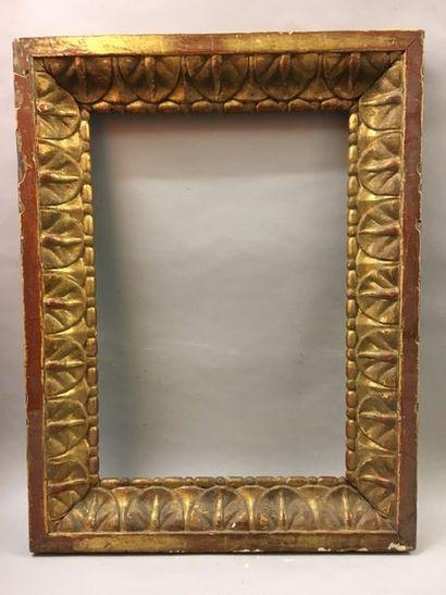 *Cadre en bois sculpté et doré à large décor...