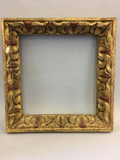 *Cadre en bois sculpté et doré à riche décor...