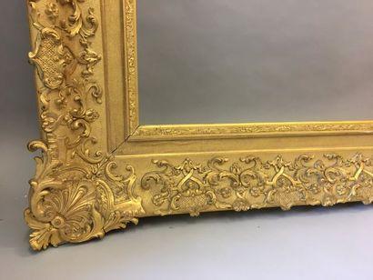 *Grand cadre en bois et stuc doré à riche...