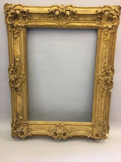 *Cadre en bois et stuc doré à décor baroque...