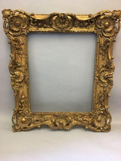 *Riche cadre en bois et stuc doré à décor...