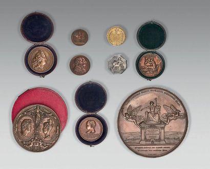 Huit médailles et un jeton: une grande médaille...