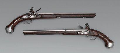 Rare paire de pistolets à silex, canons polis...