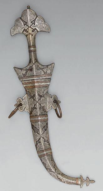 Grande koumia de décoration en fer, garnie de plaques d'argent et de cuivre gravées;...
