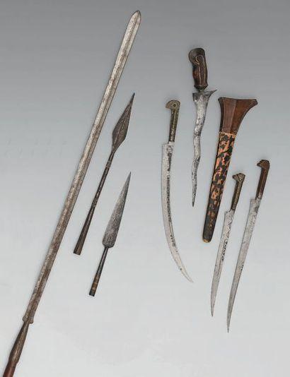 Trois flissas algériennes; deux pointes de flèches d'Afrique du Nord; une lance...