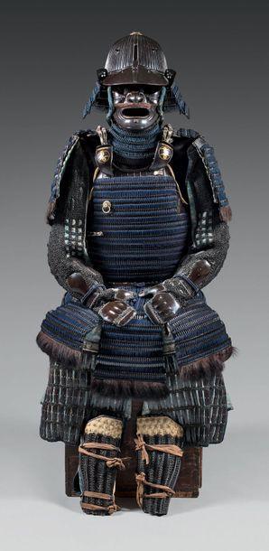 Armure complète en KITTSUKE-KOZANE, en fer Laqué noir. Casque à 62 lamelles, masque...