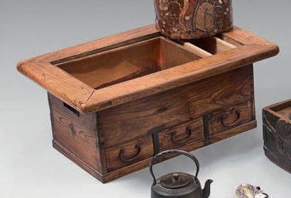 HIBACHI, meuble en bois naturel, trois tiroirs en façade. Fin du XIXème siècle H:...