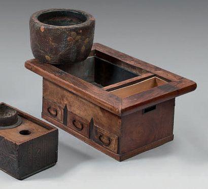 HIBACHI, meuble en bois naturel, trois tiroirs en façade. Fin du XIXème siècle (usures,...