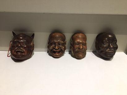 Lot de quatre masques (réductions) de théâtre, en bois peint. (Divers personnages)...