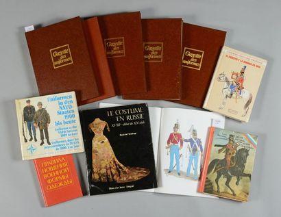 Gazette des uniformes, cinq volumes reliés, n° I à V; on joint six ouvrages sur...