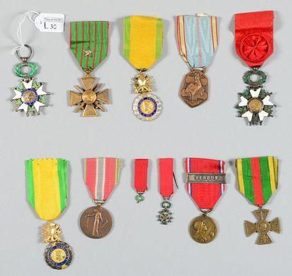 Lot de onze médailles commémoratives et décorations,...