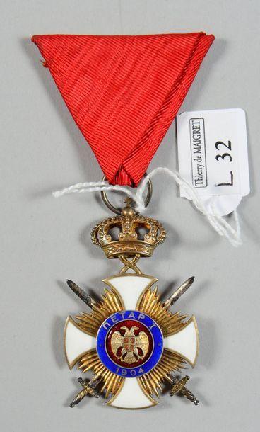 Croix de chevalier de l'ordre de Takovo en argent et vermeil, émaillée; dans son...