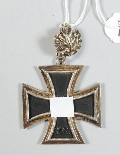 Croix de fer allemande modèle 1939, avec feuilles de chêne, en argent et fer émaillé...