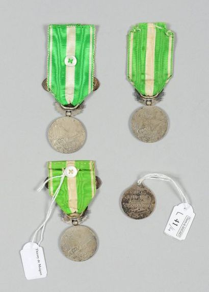 Trois médailles de la campagne du Maroc (1909) en argent, avec leur ruban, dont...