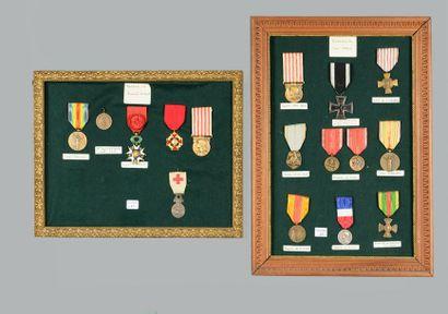 Lot de médailles et de décorations présentées dans deux cadres, principalement de...