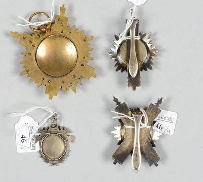 Trois insignes de parlementaire: un d'écharpe de sénateur en argent et métal doré,...