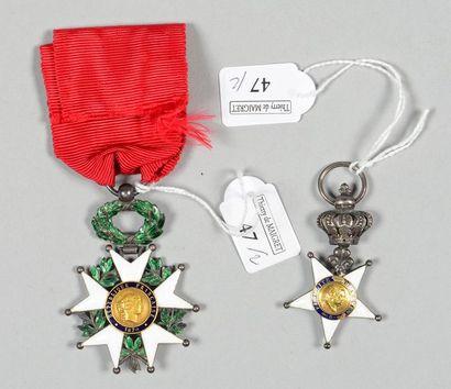 Une croix de l'ordre de la Fidélité en argent,...