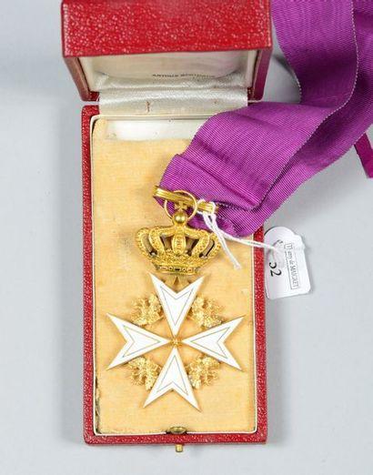Croix de Malte en métal doré, émaillée blanc,...