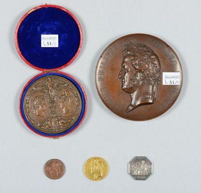 Quatre médailles et un jeton: une grande...