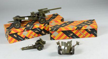 Trois modèles réduits de canons de la maison...